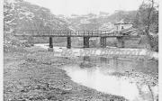 Ο μύλος του Νταφόπουλου πίσω απο τη γέφυρα